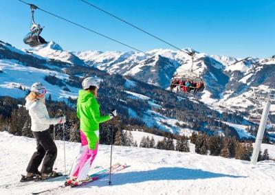 skifahrerinnen-im-skigebiet-kirchberg-kitzbuehel©eisendstefan